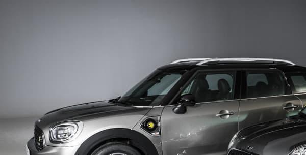Le Countryman Cooper S E à côté du concept de Mini électrique. Une version de série de cette dernière arrivera d'ici 2020.