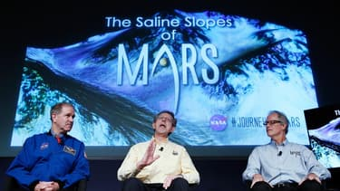 John Grunsfled, Jim Green et Michael Meyer répondent à des questions durant une conférence sur le programme d'exploration de Mars au siège de la NASA