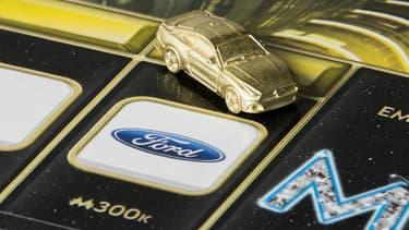 La sixième génération de la Ford Mustang intègre l'édition 2016 du Monopoly Empire, qui propose différents pions associés à des marques, avec par exemple une console de jeux X-Box, des baskets Puma ou un pelleteuse CAT.