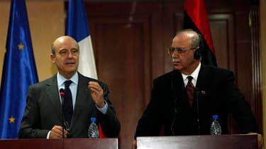 Le ministre français des Affaires étrangères, Alain Juppé, aux côtés de son homologue libyen Abdel Rahim al Kib, mercredi lors d'une visite à Tripoli. Le chef de la diplomatie française a annoncé à cette occasion que Paris débloquerait dans les prochains