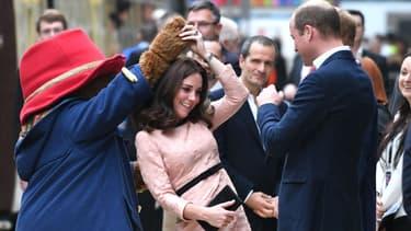Kate Middleton danse avec l'ours Paddington, sous les yeux du prince William, à la Gare de Paddington à Londres, le 16 octobre 2017