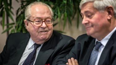 """Jean-Marie Le Pen (à gauche) avait affirmé que les Roms """"volent naturellement""""."""