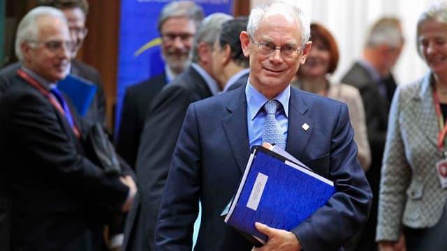 Le président du Conseil européen Herman Van Rompuy a proposé aux dirigeants des Vingt-Sept réunis à Bruxelles des réductions budgétaires moins importantes pour la Politique agricole commune (PAC) et les politiques de cohésion, selon des responsables europ