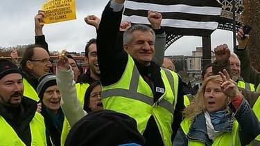 Jean Lassalle manifestant avec les gilets jaunes sur le Champs-de-Mars (Paris), 24 novembre 2018