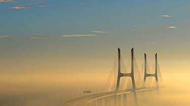 Le pont Vasco de Gama de Lisbonne, Portugal, émerge de la brume. Cette photo a terminé neuvième.