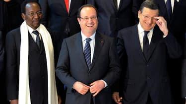 Le président du Mali par interim Dioncounda Traoré, le président français François Hollande et le président de la Commission européenne José Manuel Barroso, à Bruxelles. La communauté internationale a promis environ 3,25 milliards d'euros d'aide au Mali l