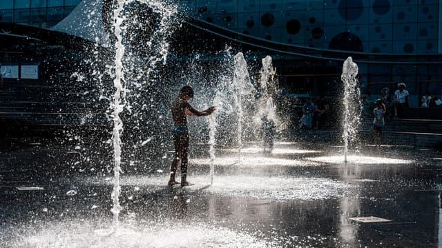 Un jeune homme se rafraîchit dans une fontaine à Moscou, le 11 juin 2020.