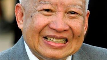 Norodom Sihanouk, l'ancien roi du Cambodge qui avait abdiqué en 2004, est décédé lundi matin à l'âge de 89 ans à Pékin, en Chine, où il suivait un traitement médical. /Photo prise le 20 octobre 2004/REUTERS/Adrees Latif