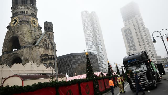 Le camion que le terroriste a utilisé lundi soir lors de l'attentat sur un marché de Berlin