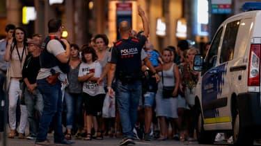 Des policiers à Barcelone, ce jeudi soir.