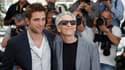 """Le réalisateur canadien David Cronenberg (à droite) présente à Cannes le film """"Cosmopolis"""", avec dans le rôle principal, Robert Pattinson (à gauche), une adaptation à l'écran d'un roman de Don deLillo. /Photo prise le 25 mai 2012/REUTERS/Christian Hartman"""