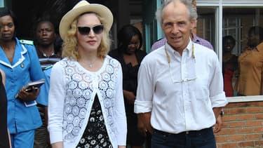 Madonna au Malawi, avec le Dr. Eric Borgstein, après sa visite du Queen Elizabeth Central Hospital, le 27 novembre 2014.