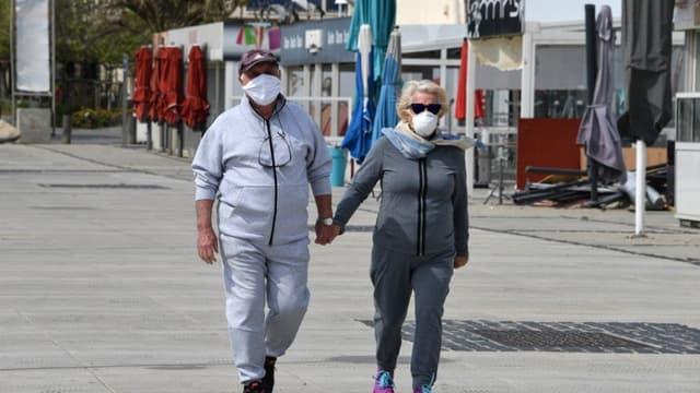 Un couple masqué en pleine balade.