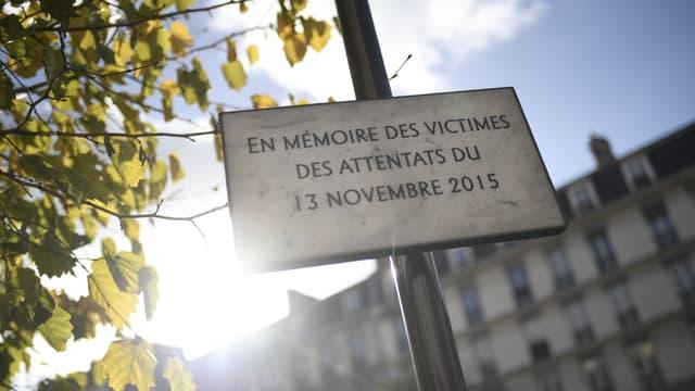 Une plaque commémorative en mémoire des victimes des attentats du 13 novembre 2015