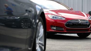 Ce n'est ni le design de la voiture, ni le charme d'Elon Musk, CEO de Tesla, qui incitent les clients, mais plutôt le prix des carburants.