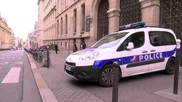 Véhicule de police posté devant le Lycée Louis le Grand, jeudi.