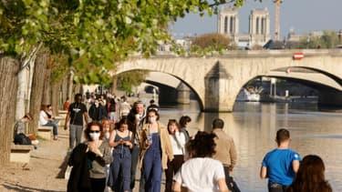 Des piétons sur les bords de Seine à Paris, le 19 avril 2021