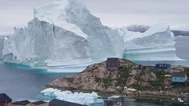 Des icebergs et des maisons dans le village d'Innarsuit, au nord-ouest du Groenland.