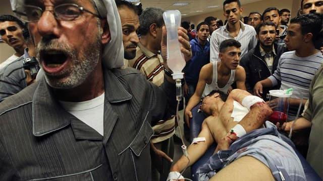 Palestinien blessé à l'hôpital de Gaza. Un raid de l'aviation israélienne a coûté la vie dimanche à un activiste palestinien. Il s'agit du sixième décès côté palestinien depuis que quatre militaires de Tsahal ont été blessés par un tir de roquette au cour