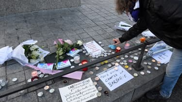 Des passants déposent fleurs et bougies en hommage aux victimes de l'attentat de Strasbourg, le 12 décembre 2018.