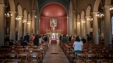 Messe célébrée en l'église Saint Jean-Baptiste à Neuilly-sur-Seine, le 23 mai 2020