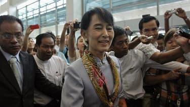 Aung San Suu Kyi avant son départ pour l'Europe, mercredi à l'aéroport de Rangoun. L'opposante birmane et prix Nobel de la paix est arrivée mercredi soir à Genève, première étape d'un périple européen qui la verra également se rendre en Norvège, en Grande