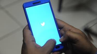 L'application Twitter se lance sur un smartphone.