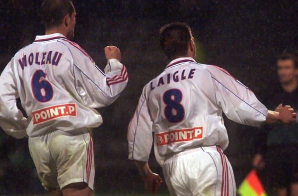 Pierre Laigle (à droite) célèbre un de ses deux buts pour l'OL en demi-finale de la Coupe de la Ligue 2001 contre Nantes