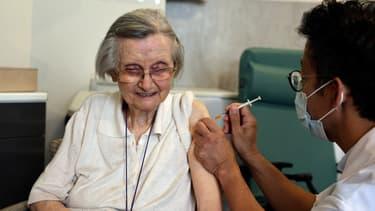 Une personne âgée reçoit son vaccin de rappel à Paris, le 13 septembre 2021.