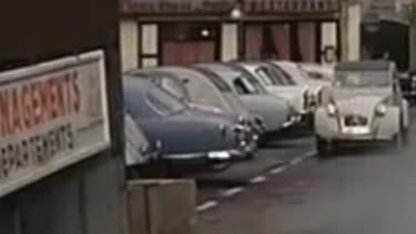 La dislocation de la 2CV, une scène culte du cinéma français, qu'on retrouvera dans un des films du Gendarme de Saint-Tropez. Citroën utilisera d'ailleurs ces images en 2010 pour une publicité sur la prime à la casse.