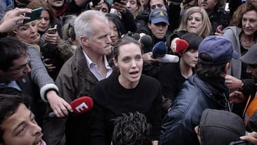 Angelina Jolie, entourée par de nombreux médias, dans le port du Pirée en Grèce, pour rencontrer des réfugiés.
