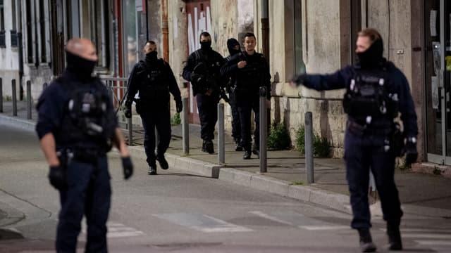 Des policiers dans les rues d'Avignon le 5 mai 2021