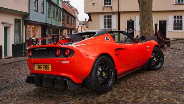 Un look agressif, des diffuseurs énormes, ce pack Carbon Aero ne laisse que peu de doute sur sa cible: les amoureux de vitesse.