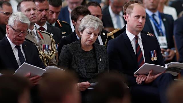 Theresa May et le prince William dans la cathédrale d'Amiens, aux côtés de l'ancien président allemand Joachim Gauck, le 8 août 2018.