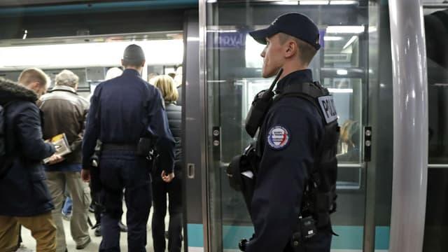 Patrouille de police dans le métro parisien, en novembre 2016