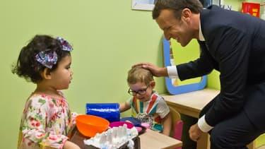 Emmanuel Macron lors de la visite d'une crèche à Gennevilliers (Hauts-de-Seine).