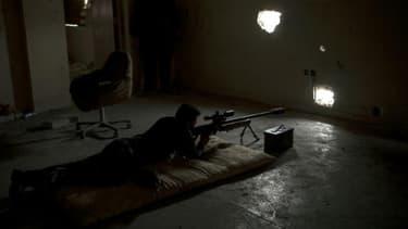 Un sniper de la police irakienne posté dans l'ouest de Mossul, le 12 avril 2017