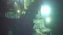 Mise en place du dôme de confinement au-dessus du puits de pétrole endommagé il y a 46 jours dans le golfe du Mexique. La compagnie pétrolière BP a commencé vendredi à recueillir une partie du pétrole qui s'échappe du puits. /Image vidéo tournée le 3 juin