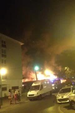 Un petit centre commercial en feu à Sarcelles 2 - Témoins BFMTV