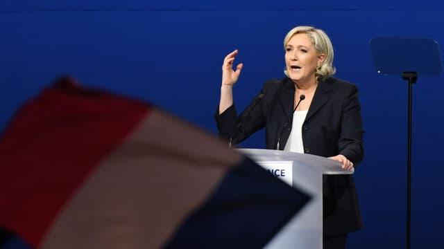 La communication de Marine Le Pen sur la fin de l'euro a bien changé