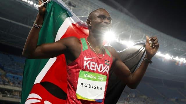 David Rudisha lors de son tour d'honneur après sa victoire sur 800 m aux Jeux olympiques de Rio le 15 août 2016