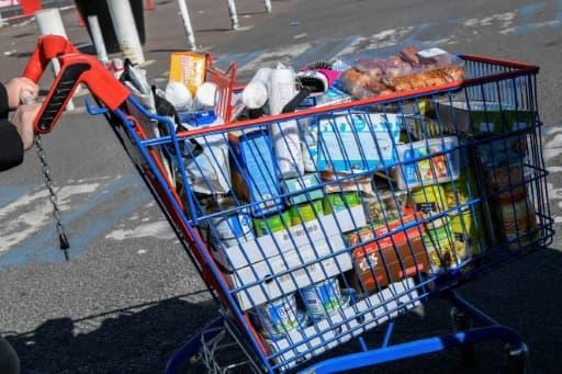 Un chariot rempli à la sortie d'un supermarché à Drancy, le 15 avril 2020 pendant le confinement instauré en France