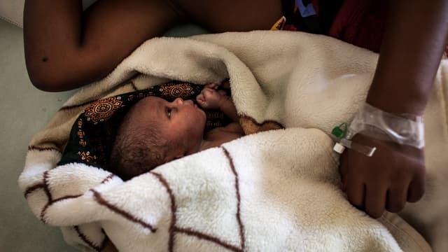 Un bébé et sa mère au Mozambique (photo d'illustration)