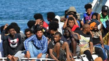 Des migrants en provenance de Tunisie et de Libye arrivent à Lampedusa à bord d'un bateau des gardes-côtes italiens, le 1er août 2020.