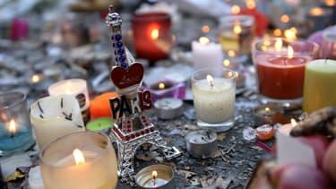 Des bougies près du Bataclan le 15 novembre 2015