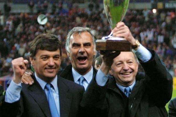 Jacques Santini, Jean-Claude Morel et Jean-Michel Aulas (de gauche à droite) célèbrent le succès de l'OL lors de la Coupe de la Ligue 2001, premier trophée du club en vingt-huit ans