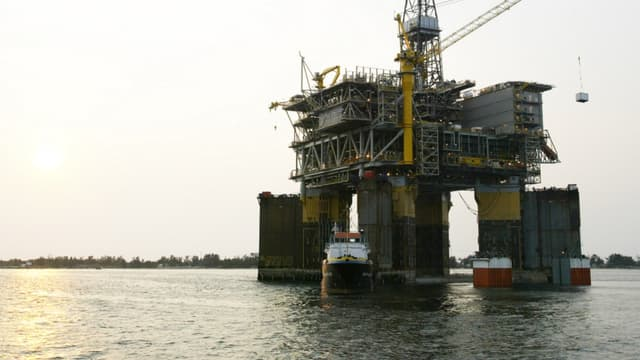 Une plateforme pétrolière de Total dans la baie de Luanda
