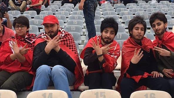 Ces cinq jeunes se sont déguisées en hommes pour braver l'interdit: assister à un match de foot dans un stade.