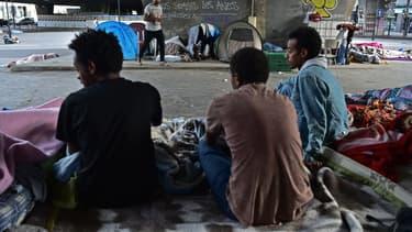 Près d'un millier de migrants vivent à proximité de la porte de la Chapelle.