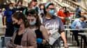 Des habitants de Moscou attendent de recevoir une dose de vaccin Sputnik V